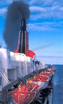 QE2 races up-channel at 30 knots on one of her final turbine-driven crossings